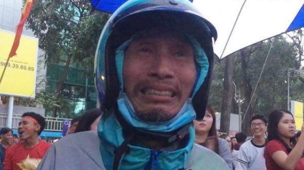 Clip: Bác Uber ở Sài Gòn khóc nức nở sau khi U23 Việt Nam viết nên lịch sử bóng đá nước nhà