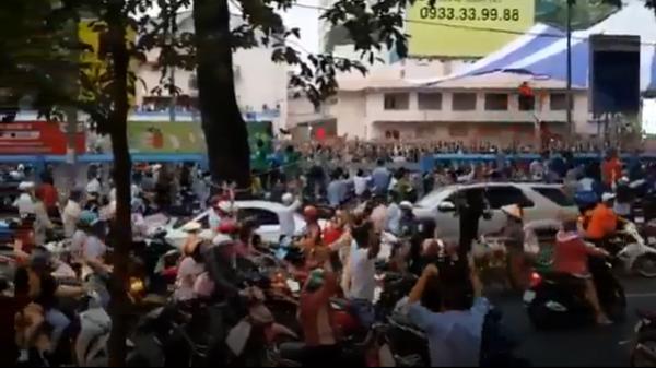 Phóng viên nước ngoài ngỡ ngàng trước không khí tưng bừng từ chiều tới đêm khuya sau chiến thắng của U23 Việt Nam