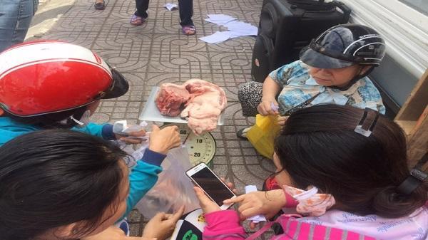 Người Sài Gòn chia nhau thịt heo ngon 25.000 đồng/kg