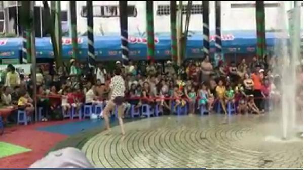 Clip nam thanh niên cởi đồ nhảy ở công viên nước Đầm Sen