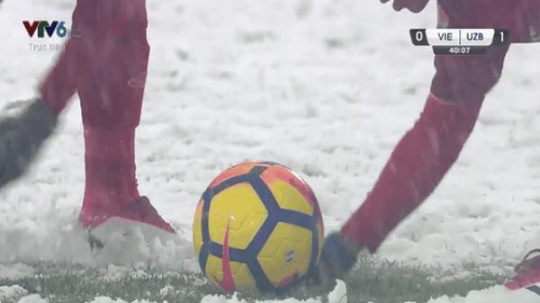 Clip xúc động: Văn Thanh cùng đồng đội dùng tay cạo tuyết, chắt chiu cơ hội trước màn xé lưới đối thủ của Quang Hải