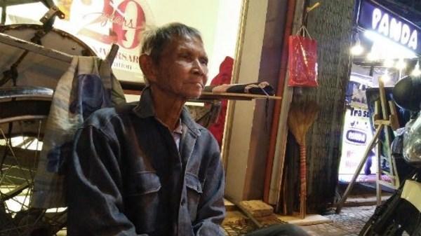 Người đàn ông gần 50 năm chỉ thích ngủ... vỉa hè Sài Gòn
