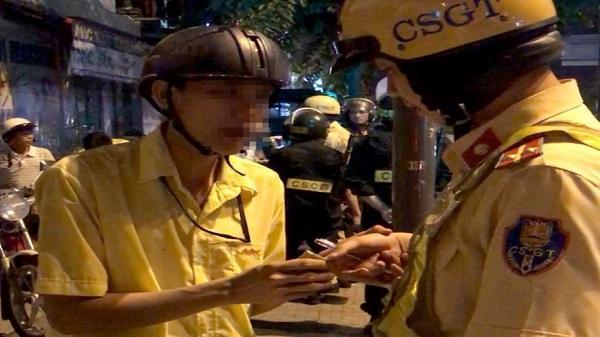 'Ma men' dùng mũ bảo hiểm tấn công cảnh sát giao thông ở Sài Gòn