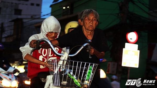 Xót xa mẹ già 100 tuổi đẩy xe chở con gái tật nguyền đi khắp Sài Gòn nhặt ve chai