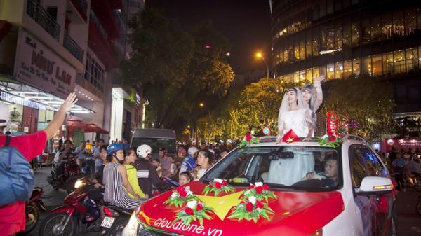 """Hình ảnh đẹp của cặp đôi """"náo loạn"""" đường phố Sài Gòn trong đêm chung kết của U23 Việt Nam"""