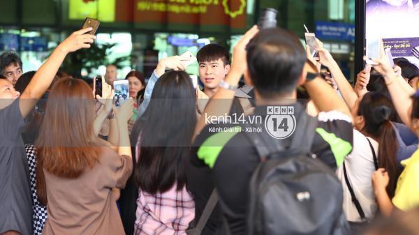 Fan đón U23 hạ cánh Sài Gòn cuồng nhiệt không khác gì sao Hàn!