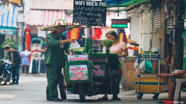 Chiếc xe hàng rong màu xanh chở đầy niềm vui của chàng trai miệt vườn dễ thương nhất Sài Gòn