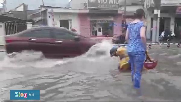 Đường sắt Bắc Nam tê liệt gần 1 giờ vì ngập nước ở Sài Gòn