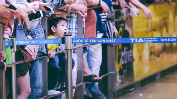 Hàng nghìn người vật vờ lúc nửa đêm ở sân bay Tân Sơn Nhất đón Việt kiều về quê ăn Tết Mậu Tuất