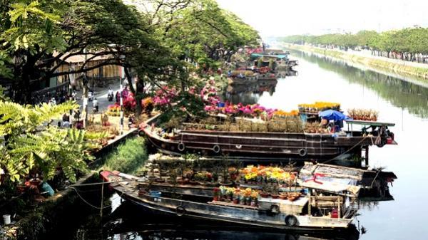 Thuyền hoa xuân tấp nập bên bến sông Sài Gòn
