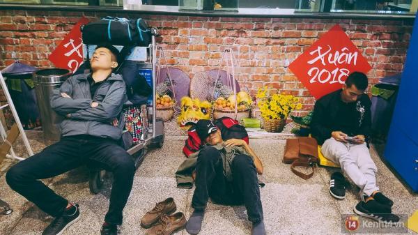 Khổ như đi máy bay Tết: Hành khách nằm la liệt dưới sàn sân bay Tân Sơn Nhất để chờ đợi đến giờ check in