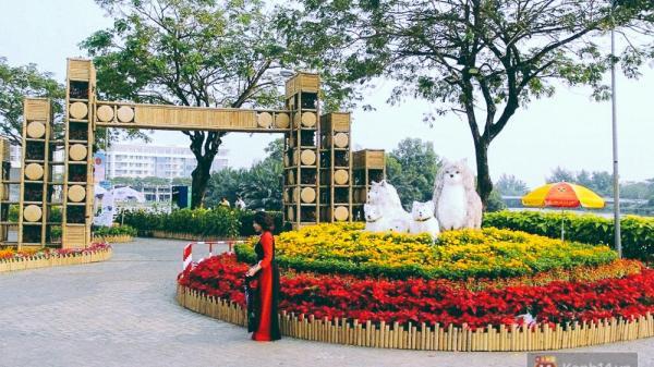 Nhiều thiếu nữ xúng xính váy áo, kéo đến đường hoa xuân ở phố nhà giàu Sài Gòn để check-in