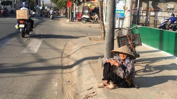 """Cận Tết, """"bà cụ ve chai"""" vẫn miệt mài mưu sinh ở Sài Gòn mong đủ tiền mua gạo đón năm mới"""