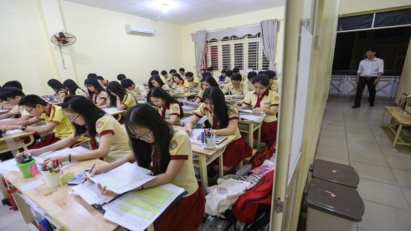 Học sinh Sài Gòn ôn luyện đến khuya trước kỳ thi THPT quốc gia