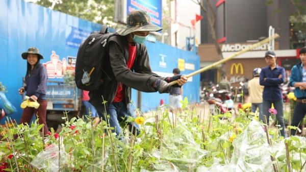 TP.HCM: Không bán hết hàng trưa 30 Tết, nhiều tiểu thương tự tay đập nát chậu hoa, vứt vào thùng rác