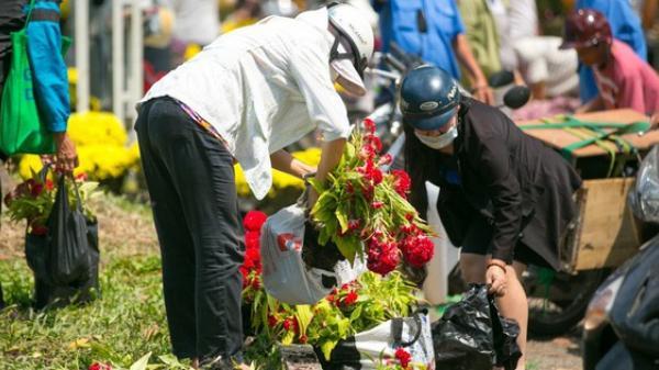 """TP.HCM: Hàng chục người dân lao vào """"hôi hoa"""" trưa 30 Tết sau khi tiểu thương tự tay đập chậu để trả mặt bằng"""