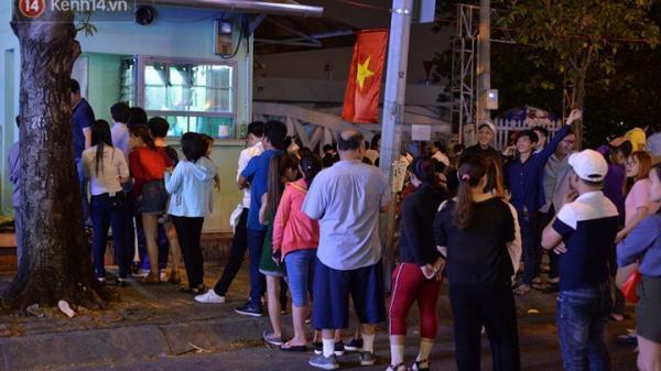 """Hàng dài người dân """"rồng rắn"""" trước cửa nhà vệ sinh công cộng tại bến Bạch Đằng chờ xem pháo hoa Giao thừa 2018"""