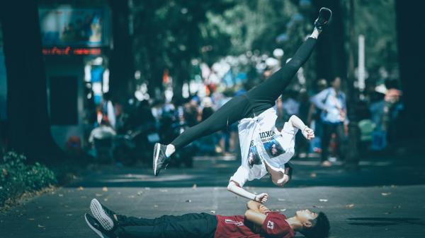 Châu Tuyết Vân biểu diễn tung cước giữa đường phố Sài Gòn