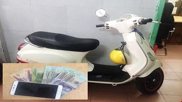 Chạy Vespa giật điện thoại du khách ở Sài Gòn