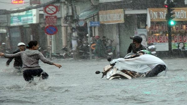 Hàng loạt người ngã trong cơn mưa lớn ở Sài Gòn