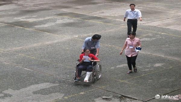 TP.HCM: Tận tình hỗ trợ thí sinh bị gãy chân đi thi
