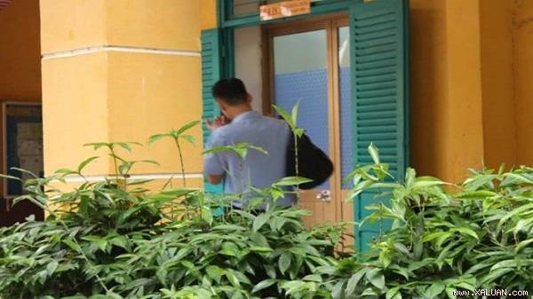 Dùng điện thoại trong toilet, nam sinh ở TP HCM bị đình chỉ thi
