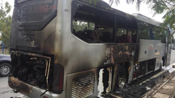Nhiều phụ nữ, trẻ em hoảng loạn khi xe khách nổ lớp bốc cháy nghi ngút trên đại lộ ở Sài Gòn
