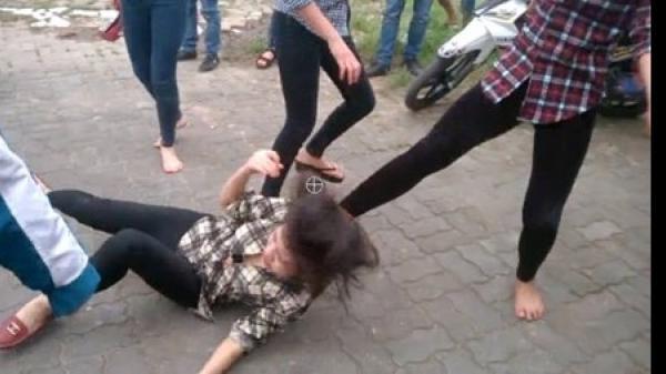 """TP.HCM: Bị đâm thấu bụng vì đứng ngoài """"chỉ đòn"""" cho bạn gái đánh nhau"""