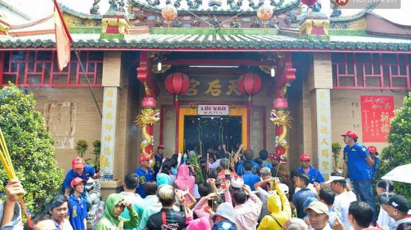 Lễ hội chùa bà Thiên Hậu - lễ hội mùa xuân lớn nhất Nam bộ: Những gian hàng miễn phí kéo dài khắp các ngả đường
