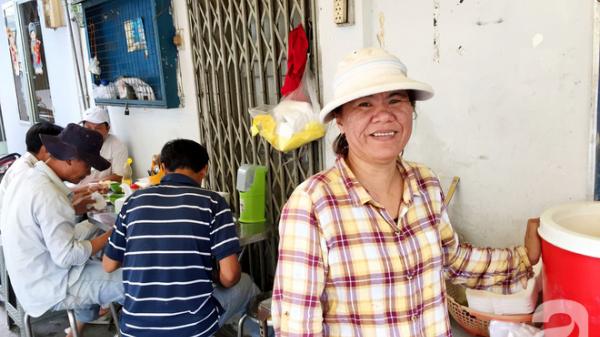 Bà chủ hào sảng của quán cơm trưa 20 năm giữa Sài Gòn: Chỉ cần có tình nghĩa, người dưng cũng hóa người thân