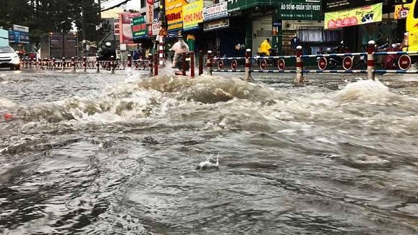 Sài Gòn mưa lớn và dông cả ngày, lũ quét ở vùng núi Bắc Bộ