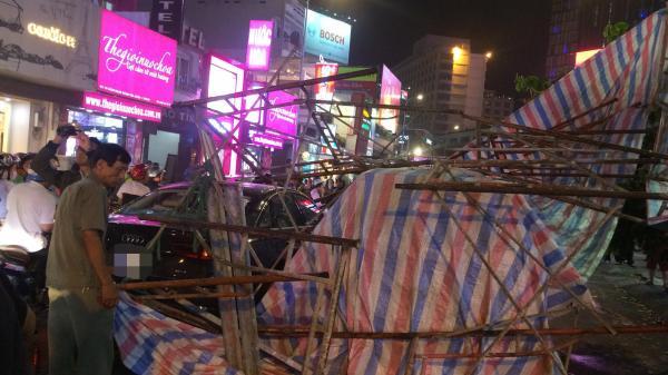 Gió lớn khiến giàn giáo đổ sập, thanh sắt đâm thủng kính xe Audi, nhiều người thoát chết trên phố Sài Gòn