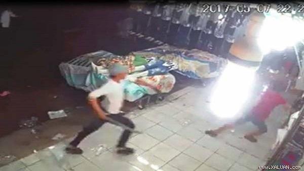 20 côn đồ xông vào quán ăn ở Sài Gòn để trả thù