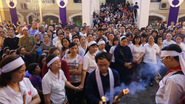Giáo dân Sài Gòn xếp hàng viếng linh cữu Tổng giám mục Phaolô trong đêm
