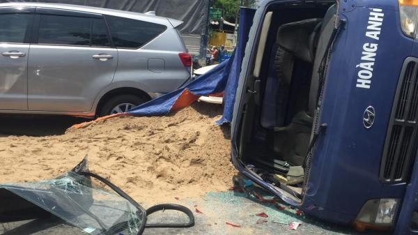 TP.HCM: Xe tải chở cát gây tai nạn rồi lật ngang giữa đại lộ Phạm Văn Đồng, tài xế bò ra khỏi cabin kêu cứu