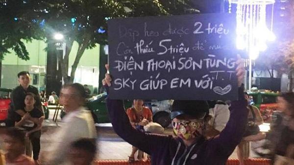 Cô gái che mặt ra giữa phố đi bộ, giơ bảng xin tiền Sky để... mua điện thoại