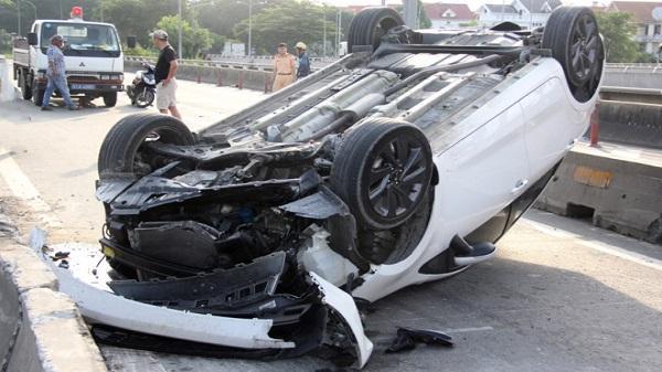 Ôtô lật ngửa khi tông dải phân cách, 2 cha con thoát nạn