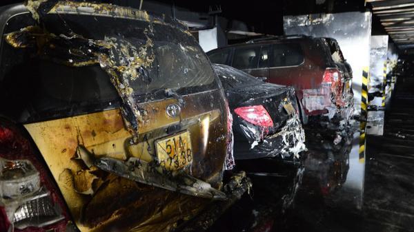 Hàng loạt ôtô, xe máy bị cháy rụi dưới hầm chung cư Carina Plaza