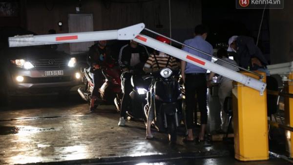 Người dân chung cư Carina xếp hàng chờ lấy ô tô, xe máy ra khỏi hầm sau vụ cháy
