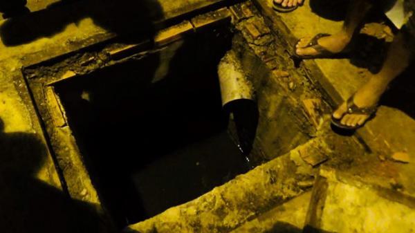 Thanh niên chui lỗ cống trốn, công an đào lỗ khí cho thở ở Sài Gòn
