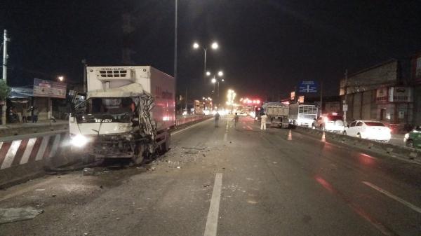 TP.HCM: Xe tải va chạm xe ben khi đi ngược chiều trên đường quốc lộ, 2 tài xế mắc kẹt trong cabin trọng thương