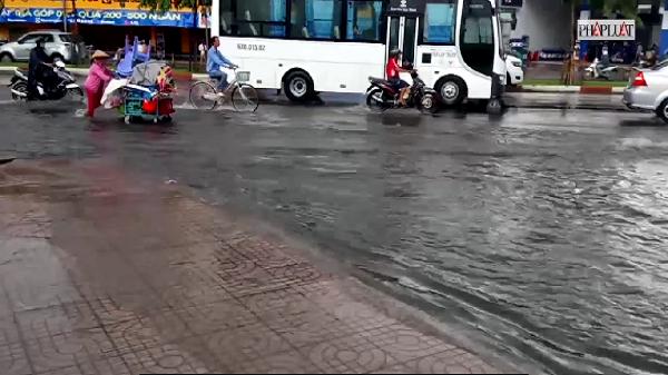 TP.HCM mưa lớn, cửa ngõ phía tây ngập nặng
