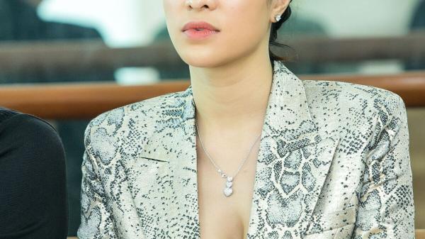 Phương Mai khoe vòng một đầy khiêu khích khi chấm thi Siêu mẫu Việt Nam