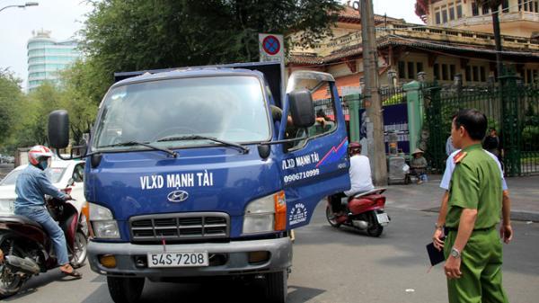 Ông Đoàn Ngọc Hải dí bắt xe tải phóng ngược chiều ở trung tâm Sài Gòn