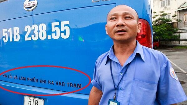 Mát lòng với dòng chữ 'Xin lỗi đã làm phiền khi ra vào trạm' phía sau đuôi xe buýt ở Sài Gòn