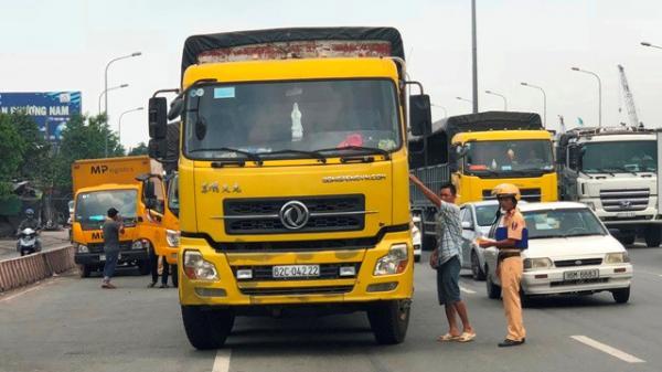 """TP HCM: """"Toát mồ hôi"""" nhìn cảnh xe tải liều lĩnh lao vào CSGT"""