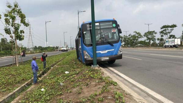 TP.HCM: Xe buýt mắc kẹt vào rãnh thoát nước ở lề đường, hành khách hoảng loạn kêu cứu