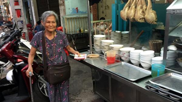 Bà cụ bán vé số ở Sài Gòn và khoản tiền bất ngờ từ hai vị khách đặc biệt
