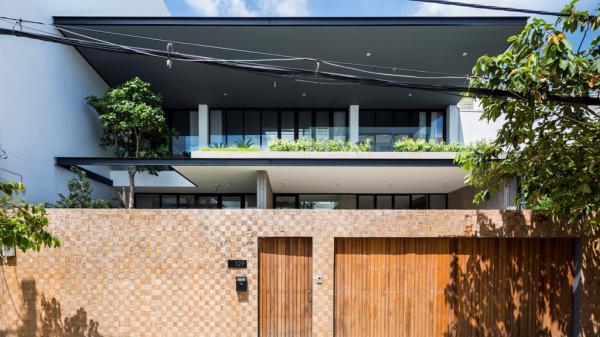 Căn nhà Sài Gòn với hiên lửng tràn nắng trên nền 247 m2