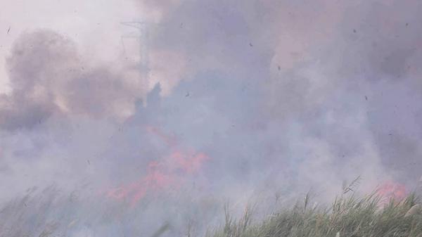 Đám cháy dữ dội ngay dưới đường điện cao thế TP.HCM